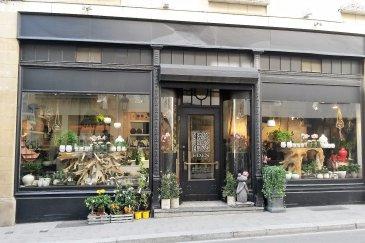 Re/max Select vous propose une société d'achat et de vente de plantes et de fleurs. Vente de 100% des parts. Affaire à développer, très bon potentiel, nombreux clients. Produits haut de gamme. Excellente situation géographique, en ville haute, proche de la Grand rue et du Palais Grand Ducal qui est un client. Loyer modéré étant donné l'emplacement. La société occupe 3 étages (soit 3 x 50 m2) : le commerce au rez-de-chaussée avec arrière-boutique, la cave servant de stock, l'étage servant de bureau. Possibilité d'avoir pour objet une tout autre activité sauf Horeca. Au prix s'ajoute le dépôt d'une garantie bancaire de 30000€.