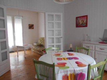 REF 5565  Bel appartement situé dans une petite copropriété sans charges en rez de chaussée surélevé et à 50m de la plage.  Il se compose d\'une entrée et cuisine, d\'un séjour, d\'un salon,une chambre, wc et salle de bains.  Emplacement très prisé, location saisonnière assurée  Mandat 5565