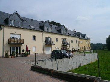 Bel appartement à vendre de 93,20m² au sol, situé au 2ème étage d'une résidence à Colpach-Haut, commune d'Ell.  Situation calme et verdoyante  L'appartement se compose comme suit: - hall d'entrée - wc séparé - séjour / salle à manger avec coin cuisine équipée - salle de douche, wc, lavabo, connexion lave-linge et vélux - 2 chambres à coucher - 1 grand garage de 26m².  Un grenier de 49 m² au sol est accessible par l'appartement.  Jardin commun