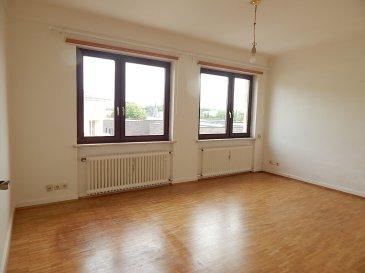 Cet appartement une chambre se situe au 3e étage (donc il est très lumineux) dans un immeuble avec ascenseur. L'adresse est 30 rue Raymond Poincaré, Luxembourg ville, à 5 minutes du Parc de Merl.)  Le living a un espace de 17 m2 (le sol est en parquet). Du fait de sa forme rectangulaire, vous pourrez diviser la pièce en séjour et salle à manger (4,8 x 3,5).  La cuisine est équipée standard. L'espace est très grand, car la superficie est de 8 m2 (3,7 x 2,2). Autrement dit vous pouvez y installer une table et des chaises, vous évitant ainsi d'aller prendre votre petit-déjeuner au séjour.   La chambre à coucher (le sol est en parquet) a une superficie de 12,5 m2 (3,6 x 3,5).  Quant à la salle de bains (ou pour être plus précis, salle de douches), elle comprend une cabine-douche, un lavabo et un wc. (Il y a le raccordement d'eau pour votre lave-linge.)  Au sous-sol de l'immeuble vous avez une très grande cave. L'espace est démesurément grand : 10 m2 (3,3 x 3,0).  Les avances sur charges (150 euros par mois, avec un décompte annuel) comprennent tous les frais communs de l'immeuble, y compris la consommation privative du chauffage et l'eau de l'habitation, de même que la poubelle et autres taxes communales.
