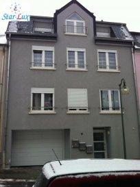 Très joli appartement de 95 m2 avec balcon 5,63 m2.  L'appartement est situé au 1er  étage dans une résidence à trois unités construite en 2010 se trouvent dans une rue sans issue, avec salon, cuisine entièrement équipée, trois chambres à coucher, salle de douche avec toilette, toilette séparée et une cave de 1,5 m2.. Possibilité d'acheter un garage fermé de 14,31 m2 avec sol carrelé et un point d'eau pour 28.000,-', un emplacement extérieur de 13,75 m2 pour 15.000,-'. Buanderie et pièce poubelles en commun. Toutes la surface de l'appartement est carrelé avec des carrelages gré serrâmes avec des coins rectifiés en 60 x 60 posé en diagonale, les volets roulants sont motorisés et le vidéophone est en couleur.  L'appartement est très proche du centre ville, commerces, écoles, gare ainsi que grand parking non-payant. Disponible à l'acte.  Ref agence :703726