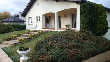 Belle maison individuelle F5 Elle se compose d'une cuisine équipée, un salon/séjour, deux chambres + une au sous-sol, une salle de bain, 2 wc, sous-sol complet, garage 2 voitures, jardin, terrasse