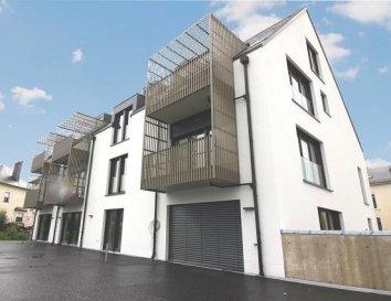 Première location d\'un appartement avec 2 chambres sis à Heinerscheid dans la résidence \'Les jardins de Heinerscheid\', construite en 2018.<br><br>L\'appartement dispose de 2 emplacements intérieurs. Il se trouve au premier étage et se compose comme suit:<br>un hall d\'entrée avec vestiaire et WC séparé, deux chambres avec une salle de bains, une petite buanderie, un grand séjour avec cuisine ouverte et une réserve. Via le séjour on a accès sur un balcon de 5m2.<br><br>La résidence se trouve au centre du village à proximité des centres commerciaux de Weiswampach et de Marnach.<br><br>Au niveau sous-sol se trouvent les deux emplacements et une cave.<br><br>N\'hésitez pas de nous contacter pour visiter le bien au numéro 26 88 05 96 ou mar mail info@immo-center.lu<br><br><br />Ref agence :ICL 861545