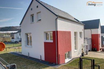 *** VENDU*** maison d\'une surface habitable de 181 m², libre de 3 cotés, construite en 2014, sise sur un terrain de 5,29 ares. La maison d\'architecture contemporaine est située dans une cité au calme.  Le jardin, entièrement aménagé et clôturé et dispose d\'un sauna baril.<br><br>DESCRIPTION DE LA PROPRIETE:<br>- Rez-de-chaussée: hall d\'entrée 11,29m², cuisine équipée 12,38m² donnant sur living/séjour 36,47m² (accès terrasse et jardin), débarras 3,27m², WC 2,05m², buanderie/remise 9,22m² (accès terrasse et jardin), garage 23,20m² <br>- 1.étage: halle de nuit 2,17m², chambre parentale+dressing+salle de bains 26,99m², 2 chambres à coucher enfants 11,40m² et 11,40m², salle de douches 6,10m²<br>- 2.étage: chambre/living 22,25m², chambre/bureau 24,42m², salle technique/buanderie/grenier 12,30m²<br>- Terrasse et jardin clôturé, sauna baril<br><br>SITUATION DU BIEN:<br>La maison est située dans une localité rurale à environ 35 min. du nord de Luxembourg/Ville/Kirchberg et à 10 min de la Nordstad Ettelbrück/Diekirch. Les lycées régionaux se trouvent à Ettelbrück, Mersch et Redange. Un vaste centre scolaire avec complexe sportif et maison relais sont situés à Feulen. Des grands centres commerciaux sont à Ettelbrück et Mersch. Crèche et divers restaurants/commerces locaux. <br><br>FICHE TECHNIQUE:<br>Construction massive en briques, façade crépis, dalles en béton, toiture couverte en ardoises naturelles, revêtement des sols en carrelage haut de gamme, hauteur des pièces 2,60m, pompe à chaleur Air, installation thermo-solaire, chauffage au sol, châssis triple vitrage en PVC, volets électriques, système alarme intrusion et incendie, antenne satellite, Passeport énergétique A/A.<br><br>Photos supplémentaires disponibles sur demande.<br><br>CONTACT LIVINGHOME:<br>- Pascal Poos                   +352 621 36 20 26<br>- Carine Dei Camillo         +352  621 45 32 08<br>- Bureau                           +352 27 80 83 56<br />Ref agence :3497495