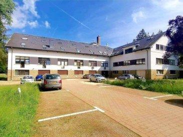 ****** A VISITER ******<br><br>Bel appartement, d\'une surface habitable de 98 m2, est situé dans une résidence située au milieu d\'une belle forêt à Simmerfarm, (Septfontaines), dans la commune de Hobscheid. <br><br> L\'appartement se trouve au rez-de-chaussée et se compose comme suit :  <br>? hall d\'entrée avec garde-robe <br>? grande cuisine ouverte avec séjour de 35 m2 <br>? chambre à coucher avec dressing de 17 m2  <br>? chambre à coucher de 14 m2 <br>? salle de bains avec douche italienne, lavabo & WC <br>? WC séparé <br>? buanderie et débarras <br>? emplacement extérieur <br>? cave<br>Ecole primaire à 2 km (Septfontaines), centre commercial, médecins, pharmacie à Mersch 15 km, Kehlen 7 km, Luxembourg-Ville 19 km.<br><br>Pour plus de renseignements ou une visite (visites également possibles le samedi sur rdv), veuillez contacter le 691 850 805.