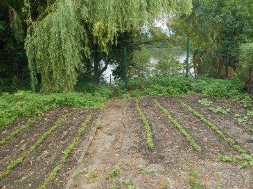M572173- VEND EN BORD DE MOSELLE à MALROY MAISON LORRAINE à rénover <br><br>Au coeur du village, maison lorraine à rénover d\'une superficie d\'environ 200M2 (bâtie 300M2) sur 6 ares de jardin sans vis à vis, menant directement aux rives de la Moselle, avec une vue incroyable - accès DIRECT et PRIVATIF<br><br>Une rénovation complète est nécessaire, pour cette maison dans un écrin de verdure, qui donne la possibilité de réaliser une maison d\'exception!<br>Viabilisation ok: eau électricité gaz fibre optique<br><br>A Malroy, au coeur du village, voisin Olgy Vigy Saint Julien Lès Metz, Argancy, Bousse Ay sur Moselle Ennery Tremery, proche Woippy Saint Rémy Talange Hauconcourt Maizières lès Metz, Hagondange Richemont Amnéville Mondelange Guénange Rurange lès Thionville Rombas Marange Silvange Pierrevillers <br>Axe A31 A4 Metz Thionville Luxembourg<br><br>Contacter Jennifer LEVRESSE 06.38.26.24.89 - Agent Commercial IMMOSKY METZ inscrite au RSAC de Metz N° 819 777 798 Pour plus d\'informations Jennifer LEVRESSE, Conseiller spécialiste du secteur, est à votre entière disposition au 06 38 26 24 89.<br>Honoraires à la charge du vendeur.