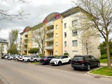 Très beau PENTHOUSE à 3 chambres à coucher (118 m² surface habitable + 25 m² loggia) situé au dernier étage d'un immeuble résidentiel datant de 2001. L'immeuble est situé dans d'une rue très calme (zone 30 km/h). L'appartement dispose de 2 salles de douche, dont une avec branchement pour lave-linge et sèche-linge, d'une très grande cave et d'un grand parking intérieur.  Surface des 3 chambres à coucher : 17.76 m² / 15.52 m² / 15.52 m² Une des chambres dispose d'une grande armoire sur mesure.  Rénovations effectuées : - 2 nouvelles salles de douche - Nouvelle cuisine équipée - Mise en peinture de tous les murs et plafonds  Etat général : Excellent ! Disponibilité : Immédiate !  - A 10 minutes du Centre du Kirchberg - A moins de 10 minutes du Centre de Luxembourg-Ville - Arrêt de bus à proximité - Crèches et école primaire à proximité - A 2 km des grands axes autoroutiers - Supermarché AUCHAN à moins de 10 minutes - Aéroport à moins de 5 minutes