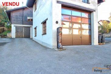 ***VENDU***<br><br>Entrepôt + bureaux + habitation:<br><br>Maison chaleureuse d\'un style rustique à grand potentiel érigée sur un terrain d\'une superficie de 7,37 ares. En effet, il s\'agit d\'une propriété composée de plusieurs parties (maison principale, appartement et espace professionnel).<br><br>L\'habitation principale aménagée dans la partie du chalet norvégien, construit en 1985 en rondin de bois a été entièrement rénové en 2017 avec des matériaux haut de gamme et équipé d\'un poêle à bois. <br><br>Cette partie de l\'habitation dispose au REZ-DE CHAUSSEE d\'une entrée principale 10,03 m2), une cuisine équipée en hêtre massif (14,18 m2) ouverte sur le séjour (34,23 m2), 2 chambres à coucher (11,50 m2) (18,72 m2), hall de nuit (5,60 m2), 1 WC séparé (1,90 m2), coin vestiaire (3 m2), 1 salle de douche avec espace sauna panoramique (18,05m2). <br><br>Le SOUS-SOL est aménagé en appartement d\'une superficie de 41,55 m2 disposant d\'un hall (16,10 m2), salle de douche (2.80 m2), débarras (1,90 m2), 1 chambre à coucher (15,55 m2), dressing (5,20 m2), buanderie (9,60 m2).<br>Un local chaufferie (5,50 m2) et garage (53,65 m2) (dimensions porte de garage: largeur 3,45m et hauteur 2,60m).<br><br>A cette partie du chalet se rajoute en 1994 une annexe construite partiellement en ossature bois et partiellement en maçonnerie, à savoir, un espace professionnel se composant de bureaux (34,20 m2) se prêtant idéalement pour sociétés ou professions libérales. Possibilités d\'y aménager des chambres à coucher au besoin. A ceci se rajoute un WC séparé (1,70 m2) une grande pièce séjour (41,10 m2) avec cuisine professionnelle (13,01 m2).<br><br>Au SOUS-SOL de cette dépendance  est agencé un entrepôt spacieux et lumineux d\'une contenance de 58 m2 équipé d\'une porte de garage sectionnelle de 3,95 m de large et 3,50m de hauteur. Parkings extérieurs.<br><br>ASPECTS TECHNIQUES:<br>- construction chalet en bois massif (rondins) <br>- annexes construction en ossature bois et maçonneri