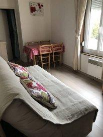 Réf: 5771  Appartement de 37 m² meublé à louer à l\'année proche des écoles et des commerces au 1er étage sans acenseur d\'une petite résidence:   Séjour, cuisine équipée, salle d\'eau, wc et 1 chambre.  Loyer: 390 € - Pas de charges (eau et edf en supplément)  1 mois de caution + frais d\'agence: 250 €  Libre   Réf: 5771