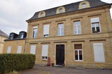 RE/MAX Select, spécialiste de l'immobilier, vous propose en exclusivité ce magnifique loft en vente à Villerupt (FR). Proche d'Esch-sur-Alzette et se situant dans une propriété privée d'une surface totale de 195m².   Il se compose :  d'un hall d'entrée, d'un living spacieux de 50m², d'une cuisine équipée, d'un wc séparé, et de 3 chambres. 1 étage : 1 chambre, salle de bain avec baignoire et douche italienne, grand bureau, possibilité d'une 5e chambre, cave. Commodités : commerces, école, banque. À cinq minutes du zoning de Belval. Extérieurs : jardin commun, parking.  À visiter sans tarder.