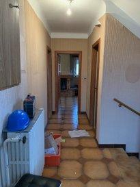 Exclusivité ! Beau potentiel à découvrir  Une maison individuelle de 120 m² sur 4.1ares se composant ainsi :  - RDC surélevé : entrée, dégagement, w-c séparés, salle de bain (douche), une grande chambre, un bel espace salon/séjour avec cheminée ouvert sur cuisine à terminer - A l'étage : 2 chambres d'environ 12 m² avec chacune une pièce supplémentaire pouvant servir de dressing ou salle de bain à créer + une pièce rangement supplémentaire - Sous-sol complet : 3 grandes caves avec un accès extérieur, une chaufferie et une buanderie  Combles non aménagés Une remise non attenante avec garage + pièce au dessus pouvant servir de salle de jeux  NB : à prévoir fenêtres DVPVC et électricité Chauffage chaudière gaz, toiture en bon état et entretenue  Plus d'informations au 07 81 30 24 02