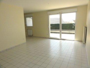 Au 3ème et dernier étage d\'une résidence avec ascenseur, un appartement de type F3 comprenant : une entrée avec placard, un séjour, une cuisine, deux chambres, salle de douches, wc séparés, cellier. Grande terrasse de 18 m². Garage individuel. Chauffage individuel au gaz, double vitrage PVC. Charges : 94 € (entretien chaudière, ordures ménagères, ascenseur, charges communes) Dépôt de garantie : 736 € Honoraires : 528 € TTC à la charge du locataire au titre des honoraires de visite, de constitution de dossier, de rédaction du bail ainsi que 198 € TTC pour l'état des lieux d'entrée