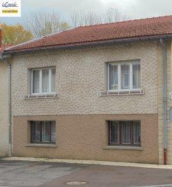 ...........A SAISIR, GROSSE BAISSE DE PRIX....................               EXCLUSIVITÉ REF 4005 IDÉAL FAMILLE NOMBREUSE......... Avec de belles possibilités de créations supplémentaires soit 2 chambres en plus ou autres usages ou même un appartement en plus.  Maison accolée d un coté de construction individuelle de 120m²+/-  par niveau + combles aménageables sur dalle béton sur 7.74 ares. Hall d'entrée avec placards distribuant :   en RDC :  pièce buanderie/lingerie,  wc, cellier alimentaire, 2 pièces aménageables en 2 chambres ou autres usages ou même la création d'un appartement. Garage pour 2 vl avec porte électrique et accès grande terrasse sur pavés et jardin.  A l'étage : pièce de vie salon, salle à manger 37m² avec accès terrasse sécurisée et carrelée récemment, cuisine équipée individuelle, wc individuel avec lave mains, salle de bains (douche à l'italienne, baignoire, double vasques équipée, un grand meuble). 3 belles chambres de 13m²+/- à 17m²+/- sur parquet dont 2 avec placards.  En 3ème niveau :  grenier aménageable sur dalle béton. Beau jardin arboré. D.V.  bois avec volets roulants. Chauffage électrique avec fourneau bois en céramique KARLOFF.  La taxe d habitation de 804 euros +/-  La taxe foncière est de 710 euros en 2019   Village à 2 minutes de la zone commerciale du JARNISY. École par regroupement scolaire avec ramassage bus. Collège et lycée à 5 minutes, JARNY.  Médecins, dentiste, kiné, pharmacie, boulangerie à moins de 5 minutes.   Ce bien à retenu votre attention, pour un simple renseignement ou une visite détaillée, contactez ROGER 06.69.18.32.40. ou 03.82.20.83.73. LA CENTRALE IMMOBILIÈRE JARNY , PIENNES. RDV de visite possible du LUNDI AU SAMEDI TOUTE LA JOURNÉE.