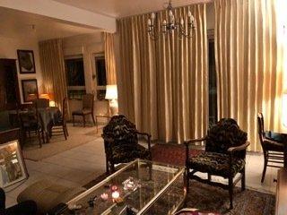 (1 minute à pied de Frisange, Lux)  Appartement F4 de 2008 rénové au RdC sur élevé avec environ 82 m² habitables + 2 balcons + grand garage individuel + place de parking privée + grande cave + buanderie (commun pour ½ immeuble): Entrée, espace ouvert de env 46 m² avec salon/séjour accès balcon, salle à manger, grande cuisine équipée. Possibilité cheminée à l'âtre ou poêle dans le salon. 2 chambres (les 2 avec accès balcon), SdB équipée avec baignoire et douche, WC séparé.  Chauffage au sol. Isolation extérieure. DV PVC Blanc.
