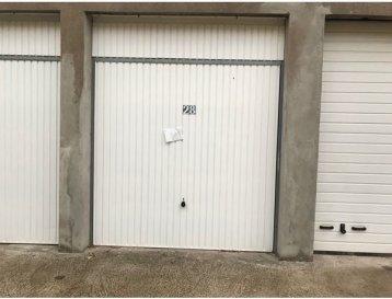 A louer Garage individuel fermé situé à Montigny les Metz avec (barrières automatiques et télécommande à l'entrée) disponible de suite dépôt de garantie 70Euro(s) frais d'agence 70Euro(s) Contact par téléphone au 06 85 13 13 57