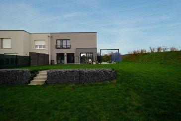 """***SOUS COMPROMIS*** immohub, votre partenaire dans l'immobilier à Grass (commune de Steinfort), vous propose en exclusivité cette magnifique maison unifamiliale libre de 3 cotés construite en 2017 sur un terrain de 4,26 ares.  La maison se compose comme suit:  RDC (chauffage au sol) -Hall d'entrée 2,10 m2 -WC séparé 1,55 m2 -Local technique + buanderie 11 m2 -Séjour & Cuisine équipée ouverte (électro ménager Siemens) 44 m2 -terrasse de 40 m2 & jardin orienté sud avec abris de jardin """"biohort"""" -Garage pour 2 voitures 30,10 m2  R+1(radiateurs ) -Hall de nuit 10 m2 -Chambre I 11,90 m2 -Chambre II 11,70 m2 -Salle de bains 8,5 m2 ( lavabo simple / WC / baignoire / sèche serviette)  -Chambre III 11,90 m2 -Suite parentale avec dressing incorporé 20,15 m2 -Salle de douche en suite 12 m2 (WC / lavabo double vasque / douche à l'italienne /  sèche serviette)  Détails -triple vitrage / châssis en PVC / jalousies à lamelles orientables -pompe à chaleur  -verre anti-effraction au RDC -VMC -orientation sud -CPE = A/B -nouvelle citée sans trafic de passage"""