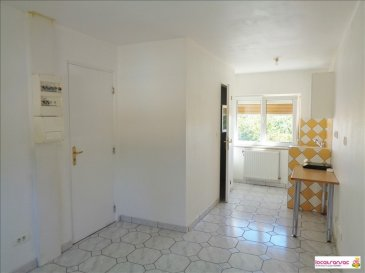 Dans maison individuelle au calme, au 1er étage - studio de 18m² offrant une pièce principale avec coin cuisine (évier, plaque de cuisson, réfrigérateur) et une salle d\'eau avec toilettes. Double vitrage PVC, volets roulants.<br />Les charges comprennent l\'eau froide, l\'eau chaude, le chauffage, l\'éléctrcitié des communs et la taxe d\'enlèvement des ordures ménagères.<br />Disponible rapidement.