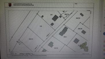 Dieses Baugrundstück finden Sie in 54518 Plein im Baugebiet Reiberg. Es wurde vor ca. 40 Jahren als Wochenendhausgebiet in einer Hanglage vor dem Ort Plein angelegt. Inzwischen ist der Reiberg kein Wochenendhausgebiet mehr.   Es kann heute nach §34 BauGB (wie Nachbarbebauung) gebaut werden. Das Grundstück ist ca. 1225 m² groß und hat eine Straßenfront von ca. 29 m.   Es ist erschlossen und nach Süd-Ost ausgerichtet. Eine Bauverpflichtung besteht nicht.  LAGEBESCHREIBUNG  Das Grundstück liegt in der im Grünen gelegenen Siedlung Plein-Reiberg, die ca. 1,8 km vom Ortskern Plein entfernt ist. Die Lage ist optimal, um Ruhe und Erholung zu finden. Der Ort Plein gehört zur Verbandsgemeinde Wittlich-Land und liegt im Landkreis Bernkastel-Wittlich. Im Ort leben ca. 640 Einwohner.  Für Ihre Freizeit bieten sich vielfältige naturbezogene Möglichkeiten an wie, den Maare-Mosel-Radweg zu befahren, die Manderscheider Burgen zu besichtigen, das Manderscheider Heimatmuseum zu besuchen und den nahe gelegenen Maaren einen Besuch abzustatten.   In der ca. 6 km entfernten Kreisstadt Wittlich finden Sie alle Einkaufsmöglichkeiten des täglichen Bedarfs, alle Schulformen, Krankenhaus, Ärzte und Apotheken.   Zur Autobahnauffahrt in Wittlich auf die A1 haben Sie ca. 7 km zu fahren. Bernkastel ist ca. 22 km, Trier, Verteilerkreis ist ca. 40 km und Luxemburg, das Kirchberg-Plateau, ist ca. 84 km entfernt. In Wittlich erreichen Sie den zentralen Busbahnhof sowie die Deutsche Bahn an der Strecke Koblenz-Trier.