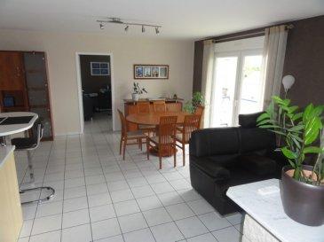 Au 2ème et dernier étage d\'une résidence, bel appartement F5 comprenant : Un séjour-salon avec accès balcon et cuisine équipée ouverte (four, plaque de cuisson, hotte, lave-vaisselle, réfrigérateur), trois chambres, cellier, salle de bains (baignoire et douche). Chauffage gaz individuel par le sol. Grand garage et parking privatif.  Charges : 68 € (ordures ménagères, entretien chaudière, charges communes). Dépôt de garantie : 772 € Honoraires : 487 € TTC à la charge du locataire au titre des honoraires de visite, de constitution de dossier, de rédaction du bail ainsi que 285 € TTC pour l'état des lieux d'entrée