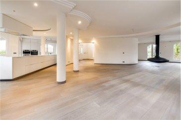 Somptueuse maison à Hesperange RE/MAX spécialiste de l'immobilier à Hesperange vous propose, Rue Jos Sunnen, cette somptueuse maison de plus de 300m² aux finitions exclusives. Elle vous séduira par la qualité de ses matériaux ainsi que par sa situation exceptionnelle.  Ce bien est composé au premier niveau :  - d'un hall d'entrée avec accès à l'étage par un somptueux escalier - une magnifique cuisine ouverte sur la salle à manger et l'espace de vie où vous pourrez profiter de la chaleur de la cheminée suspendue - une bibliothèque / un bureau - des WC séparés  A l'étage l'espace nuit vous attend avec :  - une suite parentale avec une luxueuse salle de bain privative, un dressing et un accès au balcon ; au sol la combinaison de parquet et pierre naturelle saura vous charmer - une deuxième chambre avec une salle de douche - une troisième et quatrième chambre avec un accès individuel à une salle de douche commune  En rez-de jardin, ce bien est complété par :  - un garage pouvant recevoir deux voitures - un appartement secondaire, avec une cuisine, une salle de douche un salon ainsi qu'une chambre  .  N'hésitez pas à nous contacter pour toute question ou demande de visite.