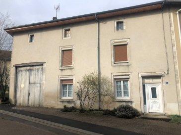 Maison de village comprenant entrée, cuisine lorraine, salon-séjour, salle d'eau, 3 chambres, grenier, grange attenante.