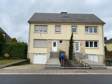A LOUER, une maison jumelée rénovée, sise à Mamer, 21, rue Gaaschtbierg, à 4 chambres d'une surface habitable d'environ 130 m2 sur un terrain contenant 6,29 ares.  Située dans un quartier résidentiel proche de l'école européenne, offrant le cadre de vie international du Grand-Duché de Luxembourg et la sérénité de la commune de Mamer.  Disponibilité immédiate !!  La maison est composée au rez-de-chaussée d'une entrée, d'un WC séparé, d'une cuisine équipée fermée avec accès au Living/Séjour d'environ 33,20 m2, donnant accès à une terrasse et au jardin.   Le premier étage dispose de 3 chambres ( d'environ 16,80m2  /  14,86 m2 et 8,74m2, chambre à bébé) et d'une salle de bains avec WC.   Le dernier étage (combles) comprend une (1) grande chambre à coucher ou salle polyvalente.  Au sous-sol: une cave, une buanderie et un garage pour deux (2) voitures.  Loyer mensuel : 2'500 euros Garantie bancaire : 3 mois de loyer  Frais d'agence : 2'927 euros (1 mois de loyer + 17% TVA)  Mamer se situe à 10 km de Luxembourg-Ville à proximité des axes autoroutiers La commune dispose de toutes les commodités telles que commerces, restaurants, crèches et écoles.  Pour d'autres renseignements, resp. pour fixer un rendez-vous, veuillez nous contacter au numéro 691 11 06 06 / mail info@sb-immo.lu / 7j/7j et jours fériés!!  Vente exclusive par S&B IMMO. Découvrez tous nos biens sur www.sb-immo.lu