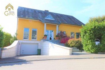 !!! EN VENTE !!!<br><br>Belle maison individuelle, sur un terrain de 10,12 ares, située dans une rue sans issue et dans un beau quartier résidentiel. <br><br>Ce bien lumineux et soigné avec de très grands espaces de vie et offrant une surface habitable de +/- 250 m², a été construit en 1998.<br><br>La maison se compose sur 2 niveaux habitables, rez-de-chaussée et 1er étage.<br><br>Elle a été conçue en privilégiant le confort de vie et la convivialité. Les pièces de vie, c\'est-à-dire, salon, salle à manger et cuisine équipée ont un accès direct vers l\'extérieur. Au même niveau vous trouverez aussi un bureau, ainsi qu\'un wc séparé.<br><br>À l\'étage se composant de 2 chambres à coucher, une salle de bain et d\'une grande suite parentale avec salle de bain (baignoire, douche et double vasque) ainsi qu\'un beau, grand et vrai dressing sur mesure. <br><br>Au sous-sol nous avons, une cave, une buanderie ainsi qu\'une pièce aménagée pour une salle de spa avec salle de douche déjà existante.<br><br>Garage pour 2-3 voitures.<br><br>Le tout entouré d\'un magnifique jardin, constitué de petits et moyens arbustes, d\'arbres nains, bambous et diverses fleurs. <br><br>Pour tout renseignements complémentaires ou une visite (visites également possibles le samedi sur rdv), veuillez contacter le 28.66.39.1.<br><br />Ref agence :72631