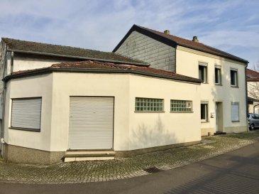****    SOUS-COMPROMIS    **** RE/MAX, spécialiste de l'immobilier à Perl-Besch, vous propose en exclusivité une maison de village sur un terrain de 1,71 ares. Elle dispose d'une superficie habitable d'environ 148 m² pour 213 m² au total, elle se compose de la manière suivante :  Au Rez-de-Chaussée :  - Un hall d'entrée de 9 m² environ, - Un grand salon de 31 m² environ, - Un grand séjour de 13,50 m² environ, - Une cuisine équipée de 13 m² environ,  - Un WC séparé - 1 chambre à coucher ou bureau, de 10 m² environ, - Une pièce pouvant servir de salle de jeux ou autre de 12,50 m² environ.  Au premier étage :  - Un hall de nuit - Une chambre à coucher de 13 m² environ attenant à une pièce (dressing) de 13 m² environ, - Une chambre à coucher de 13 m² environ, - Une salle de douche avec WC, - Une buanderie avec coin repassage  Au dernier étage, vous trouverez un grand grenier d'environ 51 m² à aménager, Au sous-sol, vous trouverez une cave et un local technique.  Toiture et charpente en bon état. Façade en bon état. Fenêtres à double vitrage dans toutes les pièces habitables. Chauffage au mazout Dalles en béton.  Quelques travaux d'amélioration à prévoir.  Disponibilité immédiate.  CONTACT : MICHAEL CHARLON au 621 612 887 ou par Mail : michael.charlon@remax.lu Ref agence :5095820