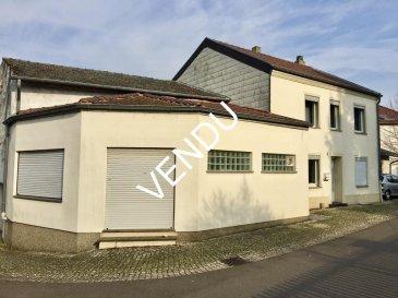 ****    VENDU    **** RE/MAX, spécialiste de l'immobilier à Perl-Besch, vous propose en exclusivité une maison de village sur un terrain de 1,71 ares. Elle dispose d'une superficie habitable d'environ 148 m² pour 213 m² au total, elle se compose de la manière suivante :  Au Rez-de-Chaussée :  - Un hall d'entrée de 9 m² environ, - Un grand salon de 31 m² environ, - Un grand séjour de 13,50 m² environ, - Une cuisine équipée de 13 m² environ,  - Un WC séparé - 1 chambre à coucher ou bureau, de 10 m² environ, - Une pièce pouvant servir de salle de jeux ou autre de 12,50 m² environ.  Au premier étage :  - Un hall de nuit - Une chambre à coucher de 13 m² environ attenant à une pièce (dressing) de 13 m² environ, - Une chambre à coucher de 13 m² environ, - Une salle de douche avec WC, - Une buanderie avec coin repassage  Au dernier étage, vous trouverez un grand grenier d'environ 51 m² à aménager, Au sous-sol, vous trouverez une cave et un local technique.  Toiture et charpente en bon état. Façade en bon état. Fenêtres à double vitrage dans toutes les pièces habitables. Chauffage au mazout Dalles en béton.  Quelques travaux d'amélioration à prévoir.  Disponibilité immédiate.  CONTACT : MICHAEL CHARLON au 621 612 887 ou par Mail : michael.charlon@remax.lu Ref agence :5095820