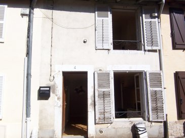 Maison de village.  Situé au centre du village, elle offre: cuisine, séjour, salle d\'eau. A l\'étage : dégagement, 1 chambre, 1 pièce mansardée. Cave et courette sur l\'arrière.