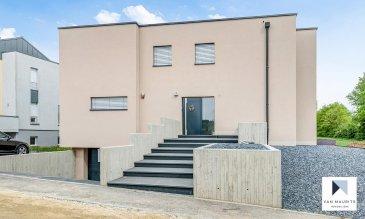 Située dans une rue calme à Moutfort, cette maison moderne 4 façades sise sur un terrain de 8a 56ca, dispose d'une surface habitable de ± 230 m² pour une surface totale de ± 346 m². Elle se compose comme suit:  Au rez-de-chaussée, l'entrée ± 11 m² avec wc séparéet vestiaire aménagé dessert un séjour ± 51 m² avec accès à la terrasse ± 50 m² orientée est, un bureau/chambre ± 17 m² et une cuisine équipée ± 25 m² séparée du séjour par une porte coulissante en verre.  Au 1er étage, le couloir ± 11 m²et sa galerie avec vue sur le rez-de-chaussée dessert quatre chambres de ± 17, 18, 18 et 18 m²dont une en suite parentale avec dressing ± 8 m² et salle de bain ± 12 m² (baignoire, douche italienne, 2 lavabos, wc, bidet) et deux salles de douche (douche, vasque et wc) de ± 6 et 7 m² auprès de chaque chambre enfants.  Au sous-sol, un hall ± 7 m² dessert un studio ± 22 m² (au pair, ...) comprenant une cuisine avec sortie sur terrasse privative ± 13 m², une salle de douche ± 5 m², un local spa ± 8 m² avec jacuzzi, un local technique ± 7 m², une cave ± 11 m² et un garage double ± 45 m².  Le jardin, sans vis-à-vis, est clôturé par une haie.  La maison est vendue meubles inclus   Généralités:  - Triple vitrage, châssis pvc, stores électriques ; - Chauffage gaz ; - Internet haut débit ; - Adoucisseur d'eau ; - Alarme ; - Panneaux solaires sur le toit ; - Emplacement sauna/jacuzzi, salle de sport ; - Passeport énergétique: A-A.