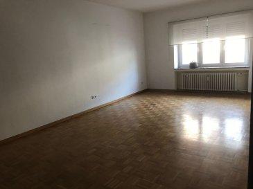 Tempocasa Strassen vous propose ce bel appartement situé dans une petite copropriété en plein coeur de Esch. Il se compose d'une cuisine indépendante avec accès balcon, deux chambre à coucher, une salle de bain, un grand living . L'appartement dispose d'une cave privative. Pour plus d'informations contactez nous Ref agence :157