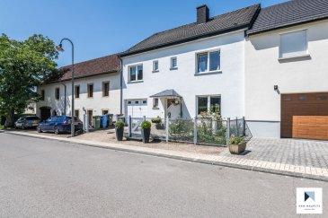 Au cœur du village de Consdorf, dans une petite rue calme, cette jolie maison a une surface habitable de ± 160 m². Elle se compose comme suit :  Au rez-de-chaussée, l'entrée dessert, un lumineux séjour/salle à manger ± 30 m², une cuisine équipée ± 10 m², un WC séparé ± 2 m² et la chaufferie ± 6 m². Une terrasse ± 20 m² orientée nord permet l'accès à un joli jardin. Un garage avec porte manuelle ± 19 m² complète le rez-de-chaussée.  Au 1er étage, un palier distribue quatre chambres de ± 11, 12, 14 et 17 m² ainsi qu'une salle de bain ± 8 m² avec double lavabo, douche, bidet et wc.  La maison dispose d'un grenier non améngée mais isolée ± 37 m².  Généralités: Village très calme, proche des commerces et de la route nationale Echternach-Luxembourg, 25 minutes du Kirchberg Commune recherchée Environnement calme Maison en bon état Services de proximité : commerces, écoles, crèches, ... Disponible à convenir