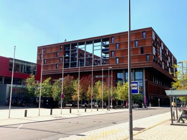 Bel appartement spacieux à 1 chambre à coucher (69.96 m² + 14.96 m² terrasse) situé au 3ème étage d'un immeuble résidentiel datant de 2010 et situé au-dessus du grand complexe commercial BELVAL PLAZA avec toutes ses infrastructures commerciales existantes. L'appartement dispose d'un terrasse de 14.96 m², d'un débarras dans l'appartement, d'une cave, d'un parking intérieur et d'une buanderie commune.  Etat général : Excellent. Disponibilité : A l'acte notarié !  - A 10 minutes du Centre d'Esch-sur-Alzette - Arrêt de bus à 50 m. juste en face de l'immeuble - Centre Commercial BELVAL PLAZA juste en-dessous de l'immeuble
