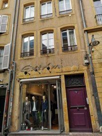 Rue de la Pierre Hardie, en plein coeur du centre ville, au 3ème étage, appartement 3 pièces de 70m² en duplex, comprenant une entrée, une cuisine meublée et équipée, un salon-séjour, deux chambres, une salle de bains, WC. Chauffage individuel au gaz. Disponible à compter du 15 Décembre 2018