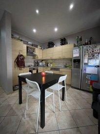 REAL G IMMO vous propose en vente un appartement au rdch d\'une petite résidence à 5 unités, re-construite en 2003.<br><br>Ce bien vous offre une surface habitable de +/- 69 m² et se compose comme suit:<br><br>- Hall d\'entrée avec coin vestiaire,<br>- Cuisine équipée ouverte,<br>- Living/salle à manger, <br>- 2 chambres à coucher, <br>- Salle de bain,<br>- Cave privative, <br>- Buanderie commune, <br>- Balcon,<br>- Jardin commun,<br><br>DISPONIBILITÉ A CONVENIR!!!<br><br>Pour plus de renseignements ou une visite des lieux (également possibles le samedi sur rdv), veuillez nous contacter au 28.66.39.1.