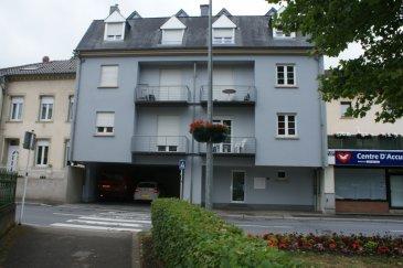 IMMO EXCELLENCE vous propose un appartement d\'une superficie de 91 m2 situé au 1er étage d\'une petite Résidence. L\'appartement se compose comme suit : Un hall d\'entrée, un double séjour avec accès sur un balcon, une cuisine équipée, deux chambres-à-coucher dont une avec accès sur un deuxième balcon, une salle-de-bains, un W.C. séparé, un débarras, une pièce supplémentaire au grenier, ainsi qu\'un emplacement couvert. L\'appartement se situe à quelques mètres de la zone piétonne d\'Echternach et à proximité de toutes commodités.<br><br>Caution pour la télécommande du garage : 90.-Eur<br><br>Garantie bancaire : 2.600.-Eur<br><br>Contrat de bail sur 3 ans.<br><br>Echternach (luxembourgeois : Iechternach) est une ville du Luxembourg d\'environ 5 300 habitants et le chef-lieu de son canton, le long de la vallée de la Sûre marquant la frontière avec la Rhénanie-Palatinat allemande.<br />Ref agence :3426733