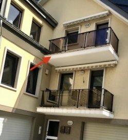 Magnifique duplex à vendre à Luxembourg, bénéficiant d'une situation exceptionnelle avec vue sur la forêt et le lac.  Dans une petite résidence à 2 unités, cet appartement-duplex situé au 2ème et 3ème étage dispose d'une surface habitable de 115 m2 (2,50 mètres de hauteur) + 60 m2 (surface au sol en dessous de 2,50 mètres de hauteur).  Il se compose d'un hall d'entrée avec dégagement, de 3 chambres à coucher, d'une belle cuisine séparée et agencée avec du granit, qui donne sur le living, doté d'une cheminée en briques de parment, avec un accès à la terrasse orientée sud-ouest procurant une belle luminosité tout au long de la journée comme en soirée.  Par un escalier hélicoïdale, on accède aux combles aménagés en une grande pièce, avec une belle salle de bains moderne.  Ce duplex se complète par un garage box fermé et une cave. Il convient aussi bien au besoin propre qu'à l'investissement locatif.  La commission d'agence s'élève à 3 % du prix de vente + TVA 17 % à charge du vendeur.   Nous organisons les visites individuelles, selon les disponibilités de nos clients, aussi le samedi et dimanche.  Appelez sans hésiter au 00352 57 30 30, ou Manuela au 00352 621 188 324