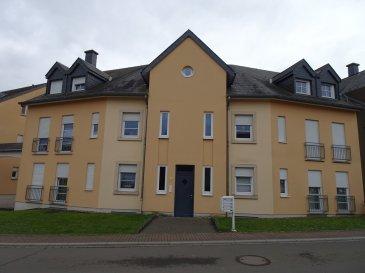 Schönes Appartement mit Terrasse und 2 Schlafzimmern, sehr ruhig gelegen   Das Gebäude liegt im Dorfkern von Weiler-la-Tour, unweit von Hesperange und den Aussenbezirken der Stadt Luxemburg. Die Wohnung befindet sich  im Erdgeschoss und umfasst eine moderne Küche, ein Esszimmer, ein grosses Wohnzimmer mit Zugang zur Terrasse und dem gemeinschaftlichen Garten, ein Badezimmer mit Badewanne, eine Abstellkammer, 2 Schlafzimmer und eine Gäste Toilette. Im Untergeschoss gibt es einen privaten Kellerraum, die gemeinschaftliche Waschküche und ein Stellplatz in der Garage.  Das Appartement präsentiert sich in einem guten Zustand. Der Mieter sollte einen CDI Arbeitsvertrag haben und mindestens Euro 3.300 netto verdienen. Tiere sind nicht erlaubt.  Die Residenz liegt ruhig in einer kleinen Seitenstrasse mit Einbahnstrassen Ausrichtung. Von hier gelangt man schnell zur Grundschule. Einkaufsmöglichkeiten finden sich in etwa 4km in Alzingen, die Autobahn in 5km ( Frisange ), Wiesen & Wälder direkt in unmittelbarer Umgebung.   Das Appartement wird zum 15.2.2020 frei sein.