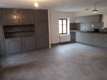 Bel appartement rénové entièrement au 2ème étage comprenant une entrée, une cuisine ouverte (aménagée et équipée) sur séjour, deux chambres, une salle de bains, un WC séparé.