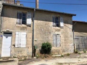 Maison à rénover dans quartier calme et paisible comprenant entrée, cuisine, salle de  bain,3 chambres, grenier, cave, garage, terrain attenant à plat.