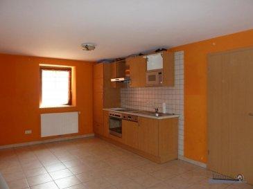 Joli appartement, sis à Eschdorf au 1er étage, comprenant: hall, living avec cuisine ouverte, 2 chambres à coucher,salle de douche, emplacement extérieur, libre 20/10/2020 Chauffage et eau compris dans les charges Loyer: 800 € charges 200 € Caution: 2 mois de loyer = 1600 € Commission d\'agence: 800 + Tva Ref agence :117