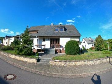 Rahlingen 5 min von Echternach  Zweifamilienhaus (separate Eingänge) in super Lage zu verkaufen +-181m2 +-720m2  -4 Schlafzimmer -3 Badezimmer -2 Wc -2 Wohnzimmer / Esszimmer davon 1 mit Kamit und Ausgang zum Hof und Balkon -2 Einbauküchen -Kellerräume/ Partyraum mit Bar -3 Garagen  -Garten  -Outdoor Fitness im Hof  -40 min von Luxemburg Stadt  -Viele weitere Details erwarten Sie