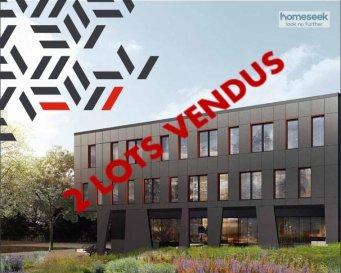 RESTE 4 LOTS A LA COMMERCIALISATION<br><br>Homeseek Limpertsberg vous propose en exclusivité :<br><br>Le BLACK STONE, nouveau programme de commerces et bureaux offrant une implantation exceptionnelle au c½ur de la nouvelle plateforme internationale multimodale de Bettembourg et des principaux axes autoroutiers du pays.<br><br>De haute qualité architecturale, l\'immeuble développe 1940 m2 de bureaux sur 3 niveaux, divisés en 6 espaces de travail indépendants, lumineux, confortables et entièrement aménageables, d\'une surface unitaire de 260 à 370 m2.<br><br>L\'ensemble bénéfice de 44 places de parking intérieures, 15 places de parking extérieures, 6 espaces d\'archives et de prestations haut de gamme (deux ascenseurs, climatisation, VMC double flux, triple vitrage, accès sécurisés?).<br><br>La performance environnementale optimisée du bâtiment (classe énergétique B), génère un niveau de charges réduit pour les futurs locataires<br><br>La qualité de l\'immeuble et de ses espaces de travail, sa situation au sein d\'un pole d\'attractivité économique en développement où l\'offre de bureau est rare, font du Black Stone un investissement immobilier et financier pérenne à forte valeur de rendement.<br><br>Livraison prévue au 3ème trimestre 2019.<br><br>Le prix présenté s\'entend hors TVA.<br><br>Contact :  Laurent ARNAUD -  +352 691 252 574  -  larnaud@homeseek.lu<br>