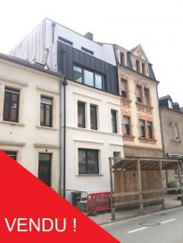 -- FR --<br/><br/>Appartement situé à Esch-sur-Alzette, dans une résidence de trois unités, avec une surface habitable de 78 m2 et terrasse de 16m2, qui se compose comme suit :<br /><br />L\'appartement en question se trouve au rez-de-chaussée, et comprends une cave privée, une terrasse / jardin privé, hall d\'entrée, living / salle à manger avec accès sur la terrasse, une chambre à coucher, WC séparé, salle de douche ainsi qu\'une cuisine.<br /><br />Terrasse/Balcon revêtue de dallages posées sur des plots.<br /><br />L\'appartement se situe à cinq minutes de la zone piétonne et du centre d\'Esch-sur-Alzette, restaurants, commerces de quartier, hôpital, infrastructures scolaires, sportives et culturelles à proximité<br /><br />Possibilité d\'acheter un garage - box.<br />TVA 3% INCLUS DANS LE PRIX !<br /><br />TECHNIQUES et CONSTRUCTION<br /><br />Construction en dur, rénovée de fonds en 2018-2019, nouvelles dalles en béton à tous les niveaux +chape avec isolation phonique, maçonnerie traditionnelle, escalier en béton revêtus de carrelage et munis d\'un garde-corps en inox, fibre de verre lisse peinte aux murs. Pas d\'ascenseur.<br /><br />Toiture plate : isolation Alwitra, couverture en zinc prépatiné, ferblanterie en zinc.<br />Menuiserie extérieure : châssis de fenêtre en PVC anthracite extérieur / blanc intérieur avec triple vitrage isolant, volets roulants électriques. Tablettes de fenêtre en granit.<br /><br />Installation de chauffage : central par chaudière au gaz à condensation avec production d\'eau chaude séparée par boiler relié à la chaudière, chauffage au sol, sèche-serviettes électriques dans la salle de bains.<br /><br />Installations sanitaires : salle de bains exécutée avec des appareils sanitaires de qualité standard plus, comprenant WC + lave-mains dans la toilette séparée ; WC + lavabo intégré sur meuble + cabine de douche ou douche à l\'italienne dans la salle de bains. Ventilation forcée existante. La cave privée dispose d\'une arrivée / évac
