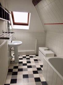 METZ Hyper centre à 2 minutes à pied de l\'arrêt Mettis :  Appartement F3 au 3ème Etage d\'un petit immeuble calme et  entièrement rénové de 100m². Possibilité colocation étudiants.  Il se compose d\'une grande entrée, de deux chambres (une grande sur l\'avant et une petite sur l\'arrière), d\'une cuisine ouverte sur séjour spacieux, d\'une salle de bains (baignoire) et WC.  Beaux volumes sous plafond et très lumnineux.  Chauffage individuel au gaz.  Préavis au 28 avril 2020