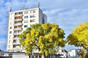 Appartement 3 pièces de 62 m2 à Strasbourg Montagne-Verte Situé à proximité immédiate des commerces et des transports, son étage élevé vous offre une vue dégagée et imprenable  Le séjour de 18 m2 donne accès au balcon de 4 m2, orienté à l'ouest La cuisine de 8 m2 est entièrement aménagée. Les deux chambres ont des surfaces de 11,50 m2 et 10 m2 La salle de bain est équipée d'une baignoire  Un garage complète l'équipement de cet appartement.  Honor. 6 % inclus Copropriété de 37 lots principaux Montant moyen mensuel de la quote-part du budget prévisionnel à la charge du vendeur pour les dépenses courantes : 250e avec chauffage et eau compris selon consommation personnelles
