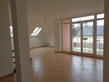 Appartement lumineux et bien équipé situé à Platen, rue principale n°118, au 2èm étage d'une petite résidence avec ascenseur. 2 chambres (+/-16 +11 m2), hall d'entrée 8m2, cuisine séparée de13,4m2( équipée avec évier, four, vitrocéramique, hotte, frigo, congélateur, lave-vaisselle), salle de bain, living de 55m2, balcon de 6 m2. Cet appartement dispose d'un emplacement dans le garage de 13,15m2, donc possibilité d'utiliser une partie de l'espace pour rangement (pas de cave). Il y a une buanderie commune et un emplacement extérieur pour compléter l'ensemble. Garage avec télécommande (appartement ok pour internet, télévision et téléphone)