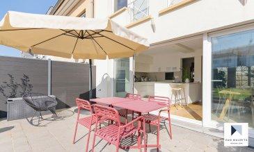 Cette maison mitoyenne de 2003 bénéficie d'un terrain de 1a 80ca et d'une surface de ± 220 m², dont ± 180 m² habitables. Elle est située au 122, rue de Kirchberg à Luxembourg.  Elle se compose comme suit :  au rez-de-chaussée, une entrée de ± 7 m² avec une armoire encastrée et un wc séparé ; un double garage en enfilade de ± 33 m² et une buanderie de ± 9 m². Au 1er étage, un espace séjour/salle à manger disposant d'une cuisine ouverte, le tout de ± 60 m² avec un parquet massif au sol et une sortie sur une terrasse de ± 25 m² orientée sud.  Au 2ème étage, un palier de ± 8 m² donne sur une suite parentale de ± 14 m² avec sa salle de bain de ± 9 m² (baignoire, douche, double vasque et wc) et son dressing sur mesure de ± 5 m², ensuite sur deux chambres de ± 11 et 10 m².  Au 3ème étage, un palier s'ouvre sur deux chambres, chacune de ± 16 m², et une salle de bain de ± 7 m².  Le jardin clôturé et orienté au sud et un emplacement devant le garage complètent l'offre.  Le bien sera disponible à l'été 2021.   Généralités :  - Maison récente, pas de travaux à prévoir ; - 5 chambres à coucher ; - 2 salles de bain ; - Double garage et un emplacement ; - Salon et jardin orientés sud ; - Chauffage au gaz ; - Double vitrage ; - Sur le plateau de Kirchberg ; - A 10 min. à pied des institutions européennes et de l'Ecole Européenne I.  Agent responsable : Katia Gravière au 661 33 29 82 ou katia@vanamaurits.lu