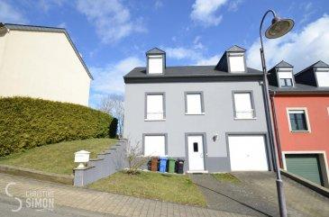 SOUS COMPROMIS<br><br>L\'agence immobilière Christine Simon S.à.r.l., vous propose en exclusivité cette belle maison jumelée à CLEMENCY construite sur un terrain de 3,33 ares.<br><br>La maison d\'une surface totale utile d\'environ 175 m2, et d\'une surface habitable d\'environ 140 m2, se compose comme suit:<br><br>Au rez-de-chaussée:<br>Garage pour 1 voiture, hall d\'entrée, une toilette séparée, chaufferie, buanderie et un «atelier» qui peut servir de bureau/chambre<br><br>Au 1er étage (rez-de-chaussée rehaussé)<br>Accès par l\'escalier vers la cuisine équipée, un living et salle à manger, salle de douche avec fenêtre et 1 chambre à coucher. <br><br>2ème étage:<br>Accès par l\'escalier vers un hall de nuit<br>1 grande chambre et 1 chambre qui est utilisée actuellement comme salle de fitness, une salle de douche avec toilette.<br><br>Extérieur:<br>Passage latéral qui mène vers la terrasse derrière la maison (terrasse en carrelage) et le jardin arboré et clôturé. <br>Travaux à prévoir.<br><br>DETAILS TECHNIQUES<br><br>Construction traditionnelle en béton.<br>Année de construction de la maison: 1996.<br>Le chauffage est au mazout et la chaudière date de 1996. <br>Le raccordement du gaz est prévu dans le garage.<br>Les fenêtres sont en PVC en double vitrage.<br>La toiture est en ardoise et isolée.<br>L\'agence immobilière Christine SIMON S.à.r.l., se chargera de faire établir un passeport énergétique.<br><br>La maison est située dans une rue calme sans issue.<br><br>HONORAIRES ET AUTRES INFORMATIONS<br>Toutes les indications dans le présent document sont basées exclusivement sur les informations mises à notre disposition par nos clients. Nous n\'assumons aucune garantie quant à la complétude, l\'exactitude et l\'actualité de ces indications.<br>Les frais et honoraires de notaire et d\'inscription sont à charge de l\'acquéreur.<br>La commission de vente est à charge du vendeur qui à signé le mandat avec notre agence.<br><br>Si vous êtes intéressés à visiter, contacter 
